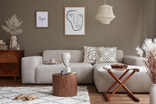 スタイリッシュなソファのモックアップポスターとパーソナルアクセサリーを備えたリビングルームのインテリアデザインテンプレート