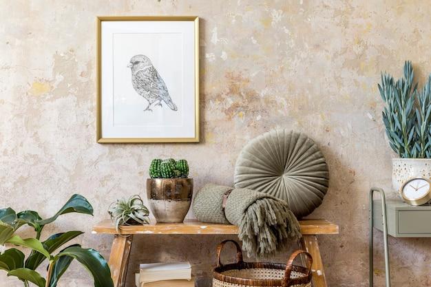 나무 벤치와 거실의 인테리어 디자인. 식물, 선인장, 베개, 격자 무늬, 등나무 바구니, 금 포스터 프레임, 책 및 현대 가정 장식의 우아한 presonal 액세서리.