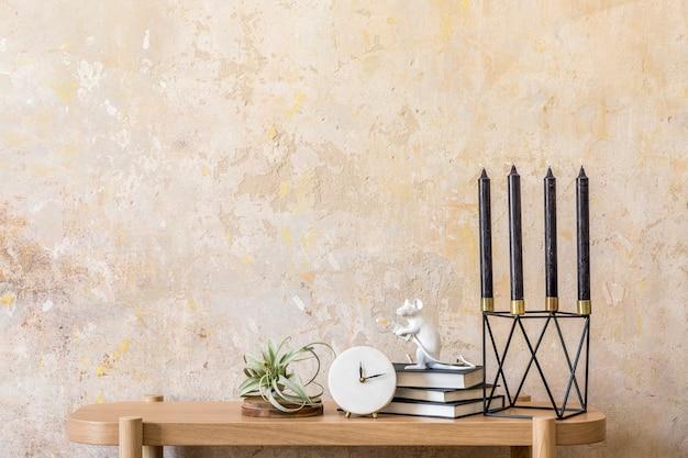 Дизайн интерьера гостиной с деревянной консолью, свечами, книгами, воздушными растениями, копией пространства, украшениями и элегантными личными аксессуарами в домашнем декоре ваби саби.