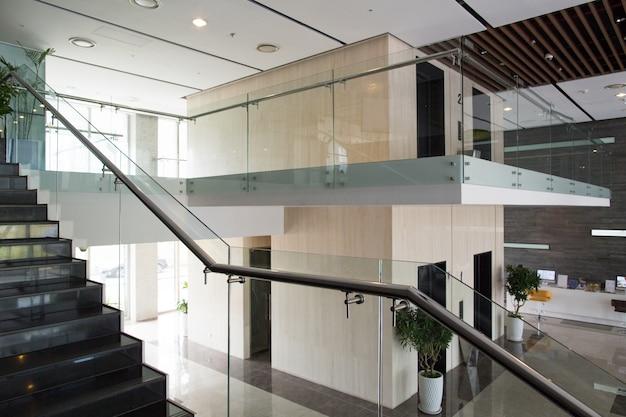 현대적인 건물의 인테리어 디자인