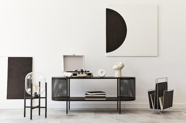 검은 색 세련된 화장실, 예술 그림, 램프, 책, 장식 및 가정 장식의 우아한 액세서리가있는 현대 거실의 인테리어 디자인.