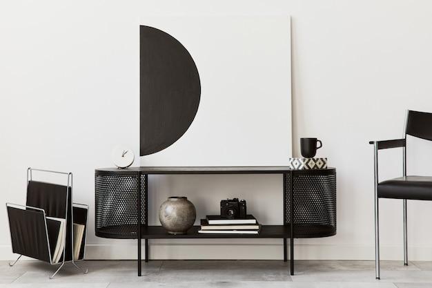 블랙 세련된 옷장, 의자, 예술 그림, 램프, 책, 촛대, 장식 및 가정 장식의 우아한 액세서리와 함께 현대 거실의 인테리어 디자인 ..