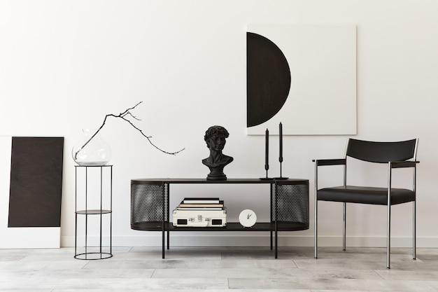 黒のスタイリッシュな箪笥、椅子、モックアップアート絵画、ランプ、本、燭台、装飾、家の装飾のエレガントなアクセサリーを備えたモダンなリビングルームのインテリアデザイン。レンプレート。