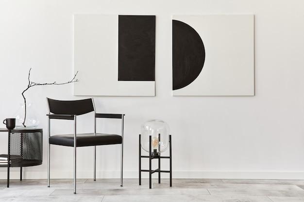 黒のスタイリッシュな箪笥、椅子、モックアップアート絵画、ランプ、本、装飾、家の装飾のエレガントなアクセサリーを備えたモダンなリビングルームのインテリアデザイン。レンプレート。