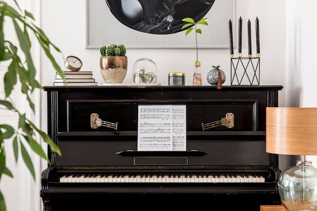 Дизайн интерьера современной гостиной с макетами картин, стильной мебелью, черным пианино, растениями, лампой, деревянными часами и элегантными личными аксессуарами в уютном домашнем декоре.