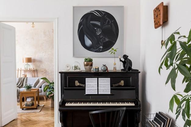 Дизайн интерьера современной гостиной с картинами, стильной мебелью, черным пианино, растением, лампой и элегантными личными аксессуарами в домашнем декоре.