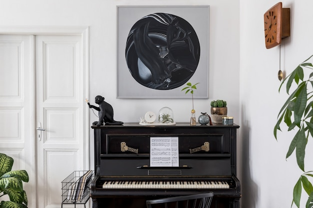 Дизайн интерьера современной гостиной с картинами, стильной мебелью, черным пианино, растениями, лампой, деревянными часами и элегантными личными аксессуарами в уютном домашнем декоре.