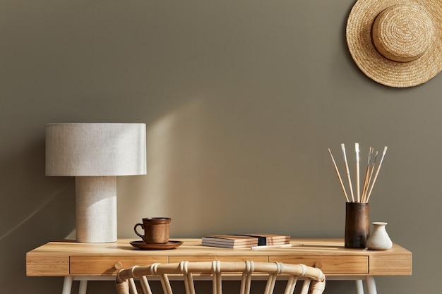 Дизайн интерьера нейтральной богемной гостиной со стильным письменным столом, креслом, лампой, растением, украшениями, канцелярскими принадлежностями, часами, местом для копирования, заметками и личными аксессуарами.