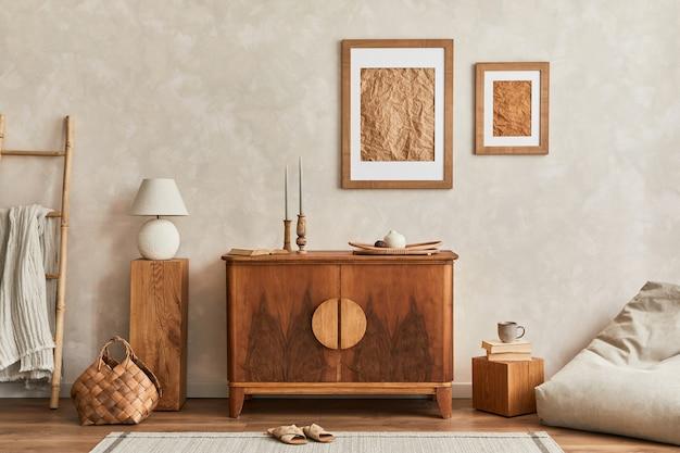 スタイリッシュなレトロなcommode、モックアップポスターフレーム、キューブ、テーブルランプ、装飾、家の装飾のエレガントなパーソナルアクセサリーを備えたニュートラルなリビングルームのインテリアデザイン。レンプレート。 japandiのコンセプト。