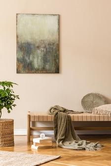 モダンな長椅子、枕、籐のバスケット、本、植物、身の回り品、ベージュの壁のモックアップ絵画を備えたオリエントスタイルのリビングルームのインテリアデザイン。