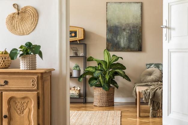 モダンな長椅子、棚、枕、格子縞、植物、エレガントなパーソナルアクセサリー、ベージュの壁のモックアップ絵画を備えたオリエンタルスタイルのリビングルームのインテリアデザイン。