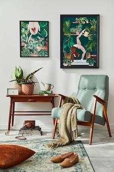 세련된 빈티지 안락 의자, 선반, 집 식물, 선인장, 장식, 카펫 및 흰 벽에 두 개의 프레임이있는 복고풍 거실의 인테리어 디자인. 식물학 가정 장식.