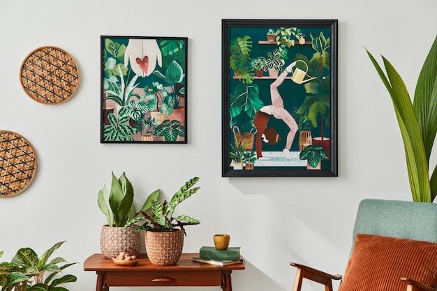 세련된 빈티지 안락 의자, 선반, 집 식물, 선인장, 장식, 카펫 및 흰 벽에 두 개의 프레임이있는 복고풍 거실의 인테리어 디자인. 식물학 가정 장식 ..
