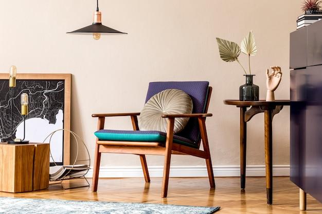 세련된 블루 네이비 화장실, 라스트 리코 냄비에 선인장, 베개가있는 디자인 안락 의자, 주최자 및 우아한 개인 액세서리가있는 복고풍 현대 거실의 인테리어 디자인. 세련된 가정 장식.