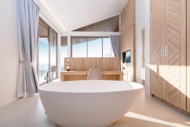 Дизайн интерьера круглой ванны в современной ванной комнате бассейна виллы, дома, дома, квартиры и квартиры