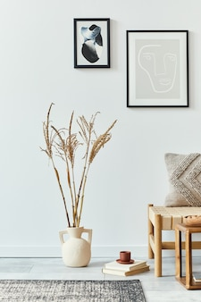 Дизайн интерьера гостиной в скандинавском стиле со стильным диваном, макетами постеров, книгой, сухоцветом в вазе, украшениями и личными аксессуарами в ретро-домашнем декоре