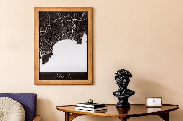 세련된 나무 테이블, 금 시계, 복고풍 안락 의자, 책이있는 거실의 인테리어 디자인. 베이지 색 벽에 갈색 나무지도입니다. 가정 장식 ..