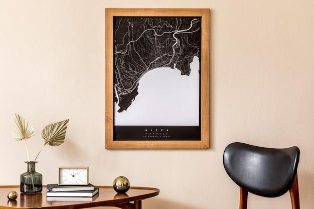 세련된 나무 테이블, 금 시계, 복고풍 의자, 책이있는 거실의 인테리어 디자인. 베이지 색 벽에 갈색 나무지도입니다. 가정 장식 ..