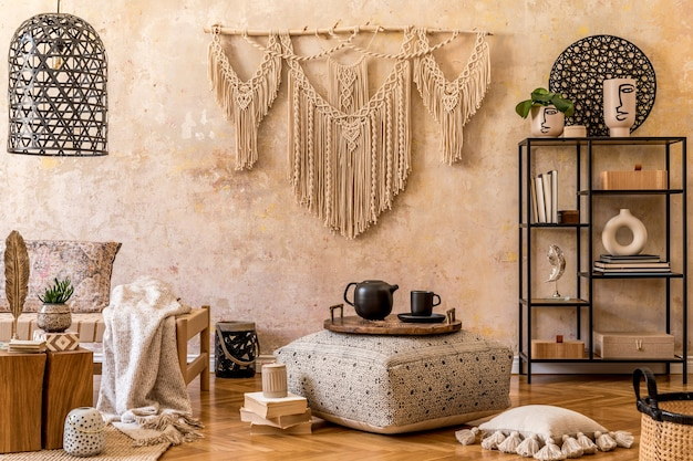 Дизайн интерьера стильной гостиной с шезлонгом, красивым макраме, декором из ротанга, растениями, книгой, растением, элегантными личными аксессуарами в восточной концепции домашнего декора.