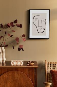 スタイリッシュなcommode、アームチェア、花瓶に枯れた花、壁にモックアップポスター、モダンな家の装飾の装飾とパーソナルアクセサリーを備えたユニークなリビングルームのインテリアデザイン
