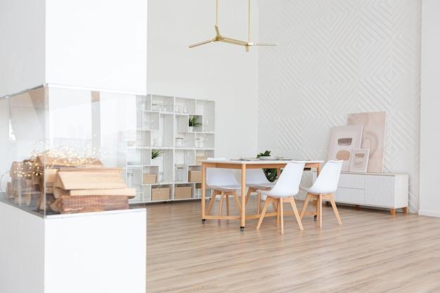 スカンジナビアスタイルと温かみのあるパステルホワイトとベージュ色のインテリアデザインの広々とした明るいアパートメント。リビングエリアのトレンディな家具とキッチンエリアのモダンなディテール。