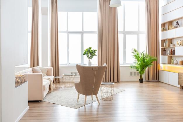 Дизайн интерьера просторной светлой квартиры выполнен в скандинавском стиле в теплых пастельных бело-бежевых тонах. модная мебель в гостиной