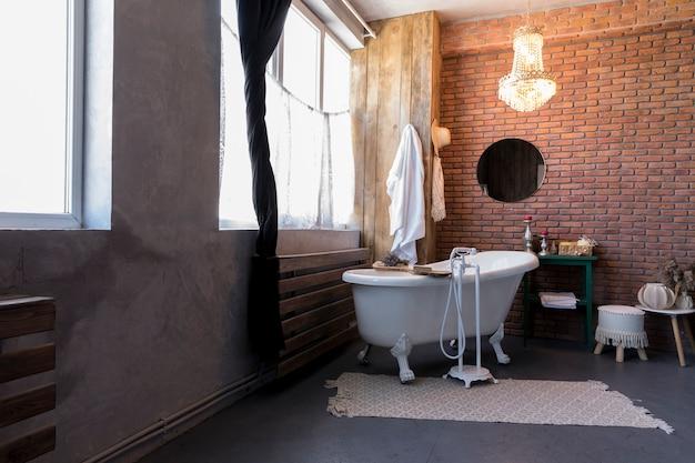 Дизайн интерьера с винтажной ванной
