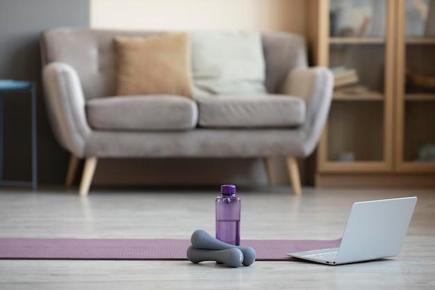 Дизайн интерьера с ковриком для йоги и гантелями