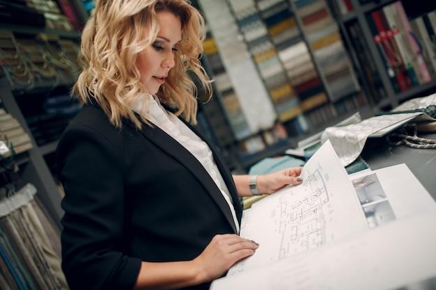 Женщина дизайнера интерьера на работе. дизайн и внутренняя отделка.