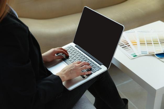 현대 사무실에서 일하는 인테리어 디자이너. 현대적인 인테리어에 젊은 비즈니스 우먼입니다. 비즈니스, 현대 사회에서 사업가, 창조적 인 직장의 개념.