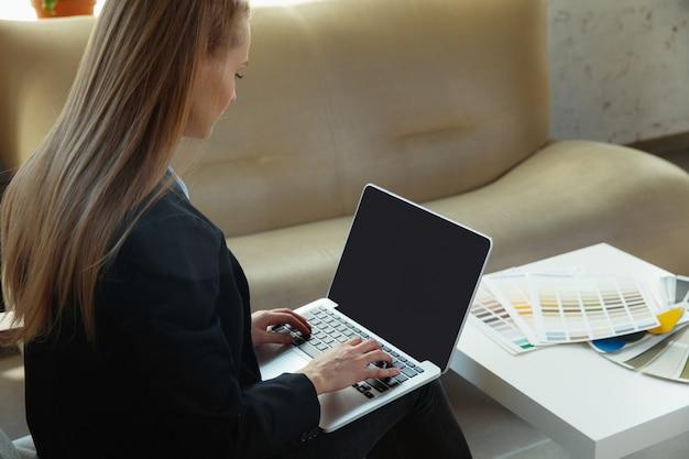 Interior designer che lavora in un ufficio moderno.