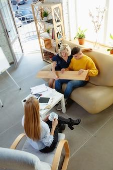 젊은 부부와 함께 작업하는 인테리어 디자이너