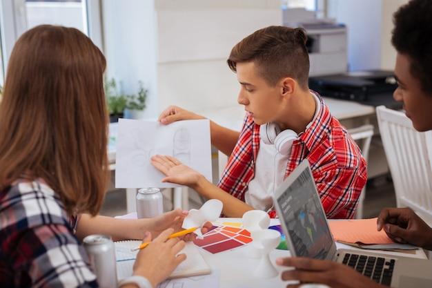 인테리어 디자이너. 열띤 토론을하면서 혼란스러워하는 세 명의 젊은 유망 인테리어 디자이너