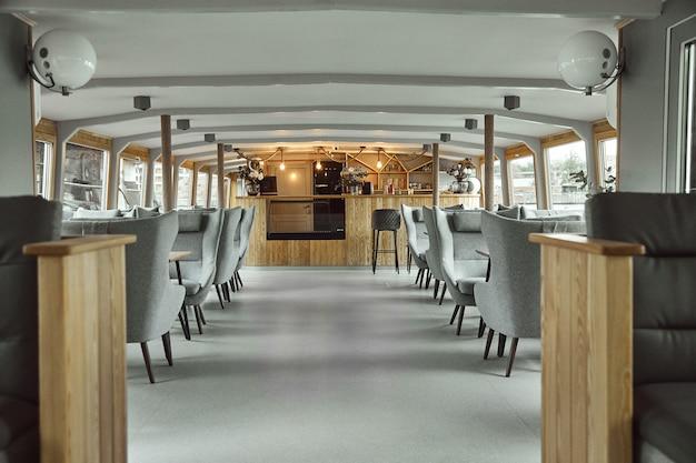 船上のレストランのインテリアの詳細。船上のレストランのインテリアデザインの概念