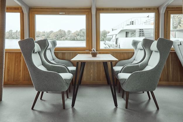 船上のレストランのインテリアの詳細。船上のレストランのインテリアデザインのコンセプト