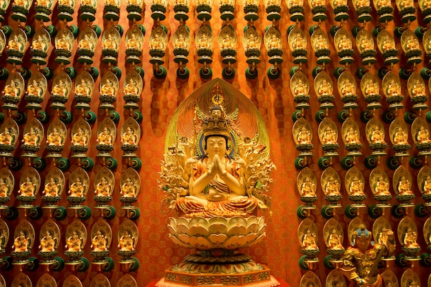싱가포르 차이나 타운에 위치한 부처님 이빨 사원 내부 조각. 이 사원은 인기있는 관광 명소입니다.
