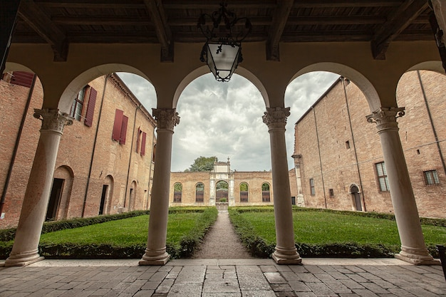 Внутренний сад палаццо деи диаманти, известного исторического здания в ферраре в италии