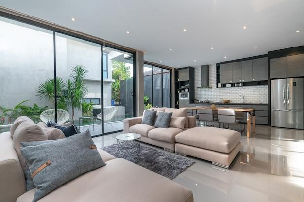 Дизайн интерьера дома в гостиной с открытой кухней в доме-лофте