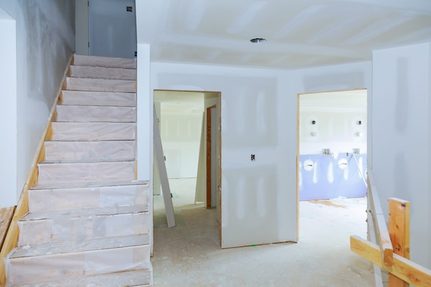 内部の家の変更は建設時に石膏ボードの天井を動作します