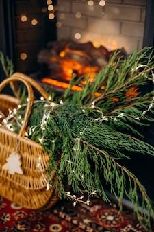 인테리어 하우스 블랙 골든 스타일 영국 벽난로와 크리스마스 트리