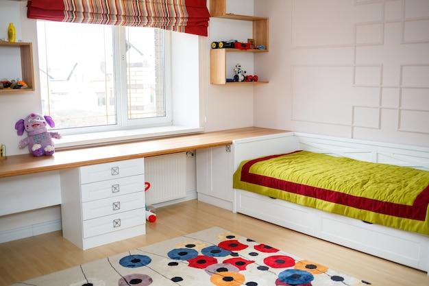 白い家具が置かれた子供部屋のインテリア。最新の修復ソリューション