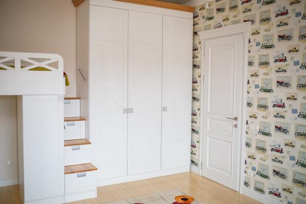 Интерьер детской комнаты с белой мебелью. современное ремонтное решение