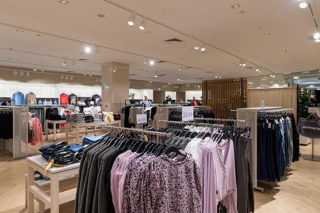현대적인 쇼핑 센터의 인테리어
