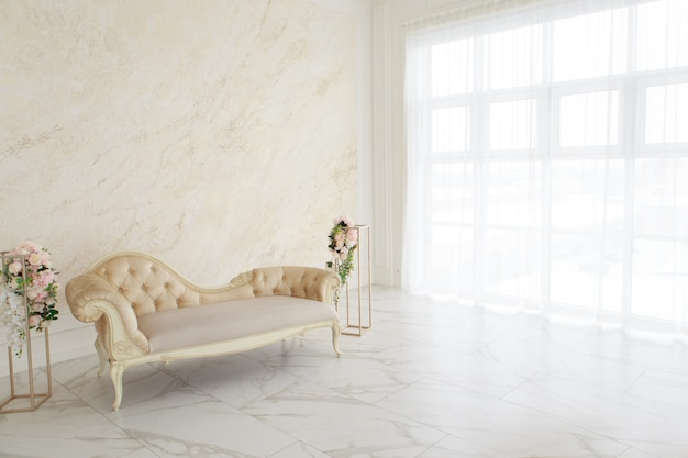 바로크, 엠파이어 스타일의 인테리어. 밝은 색상의 객실 : 대리석 바닥, 대형 창문, 작은 소파, 샹들리에