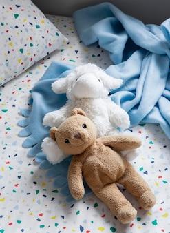 Interno della decorazione della stanza dei bambini con i giocattoli