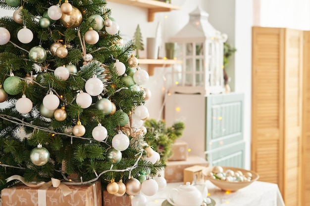 Внутренняя светлая кухня с рождественским декором и деревом. кухня бирюзового цвета в классическом стиле.