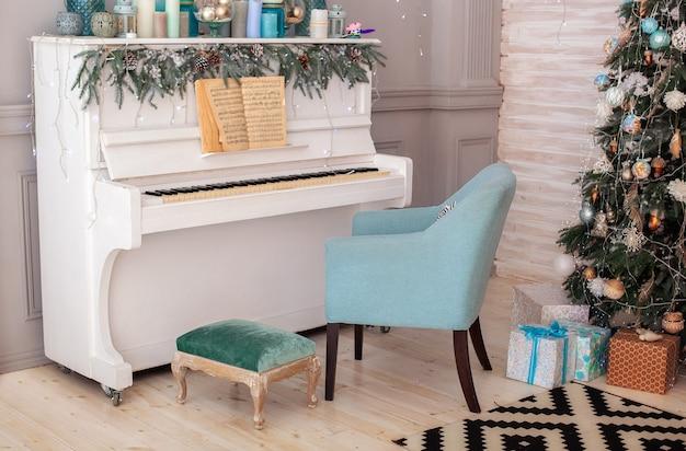 피아노와 크리스마스 트리로 장식 된 인테리어 거실