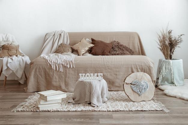L'interno del soggiorno con divano e oggetti decorativi.