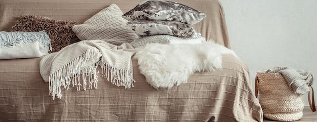 Interno del soggiorno con divano e oggetti decorativi.