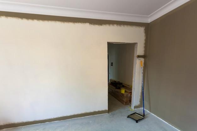 리노베이션 작업 중 아파트 방의 내부입니다. 어두운 페인트로 벽 페인팅.